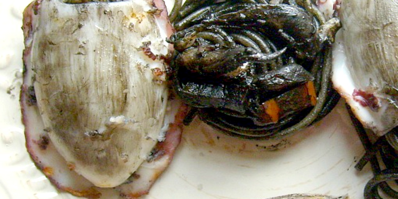 Spaghetti al nero con seppia alla piastra, guanciale e peperoni