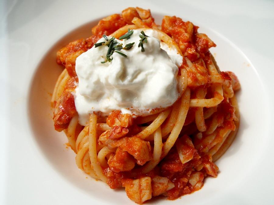Spaghetti ragù di triglia, stracciatella di burrata