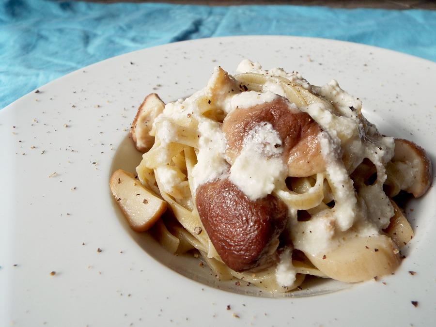 Tagliatelle al pino mugo, funghi porcini e crema al Castelmagno