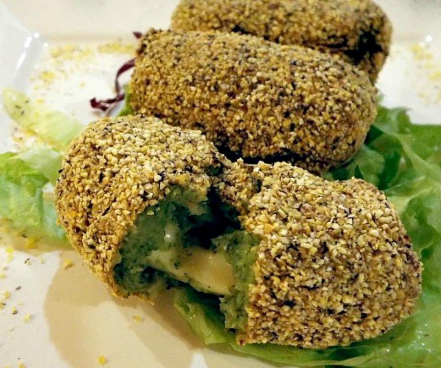 Crocchette di broccoli e provola affumicata panate con polenta taragna