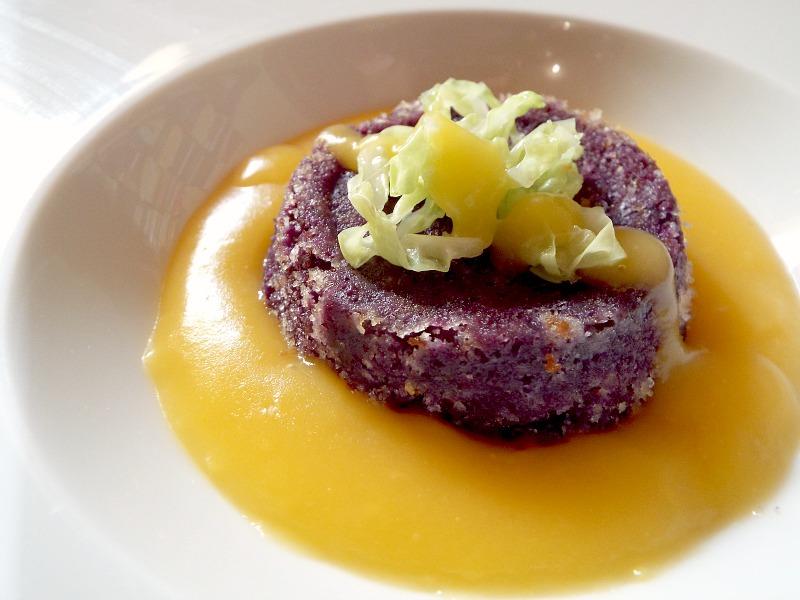 Flan di carote viola con cuore di toma di capra, crema di zucca e zenzero, verza scottata