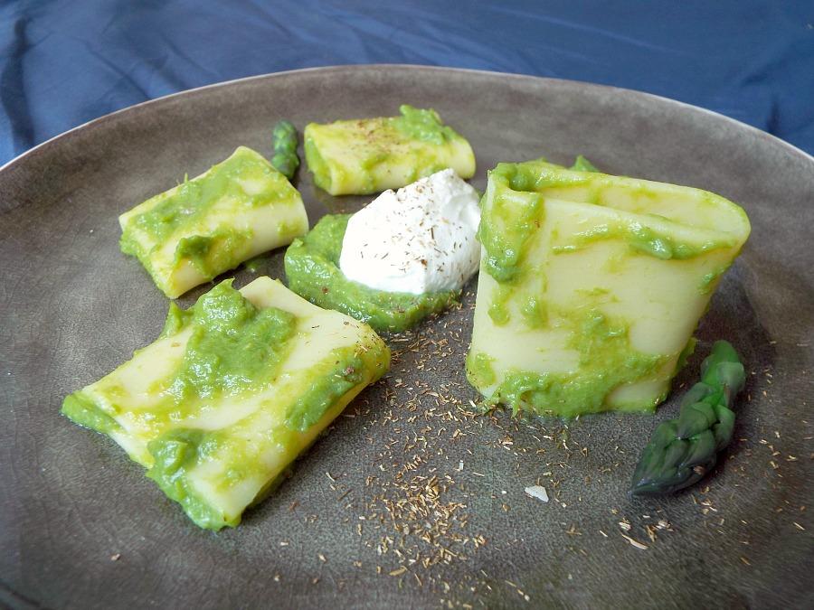 Paccheri, crema di asparagi, mousse di caprino, camomilla tostata al sale affumicato