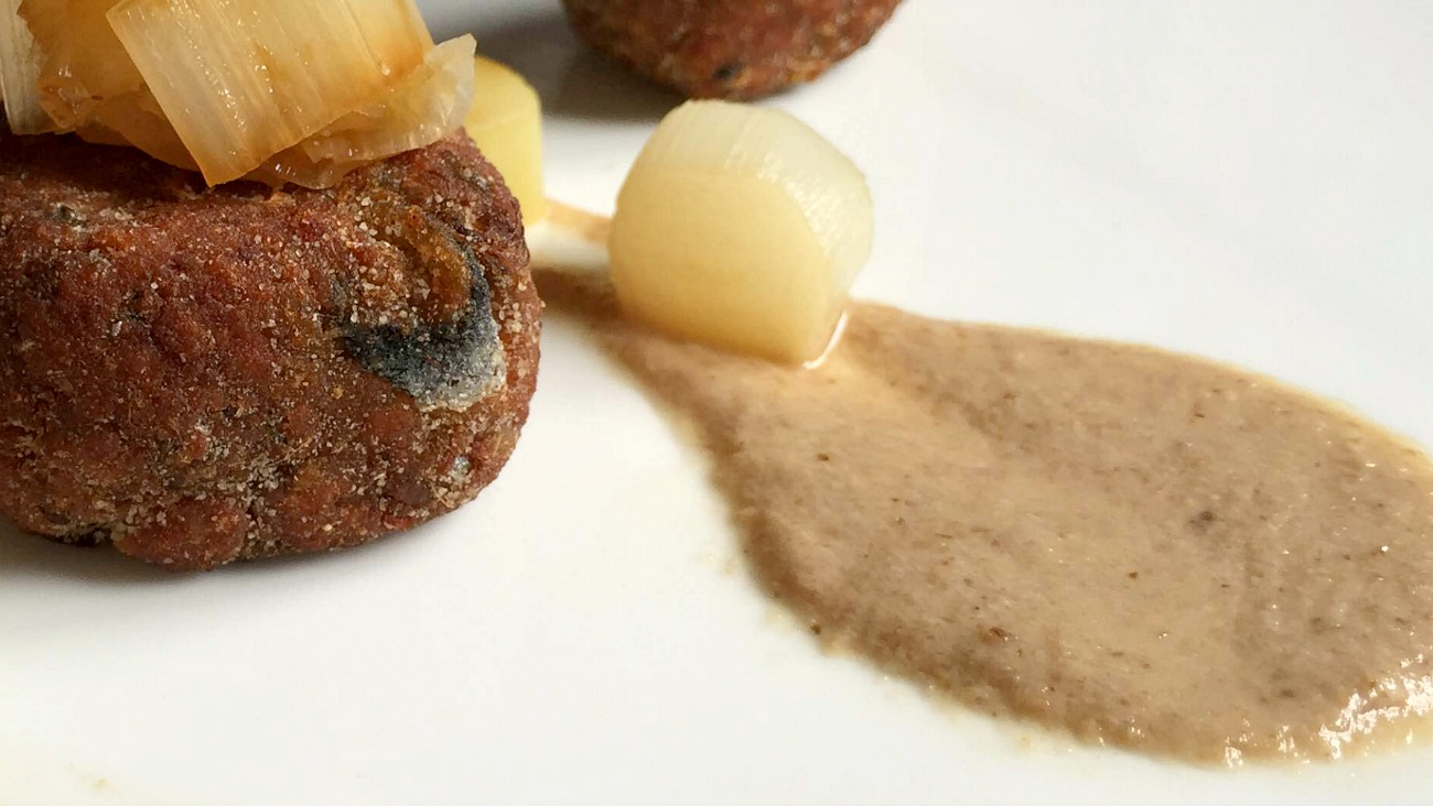 Polpette di sarde all'angostura, crema di pinoli tostati, porro caramellato