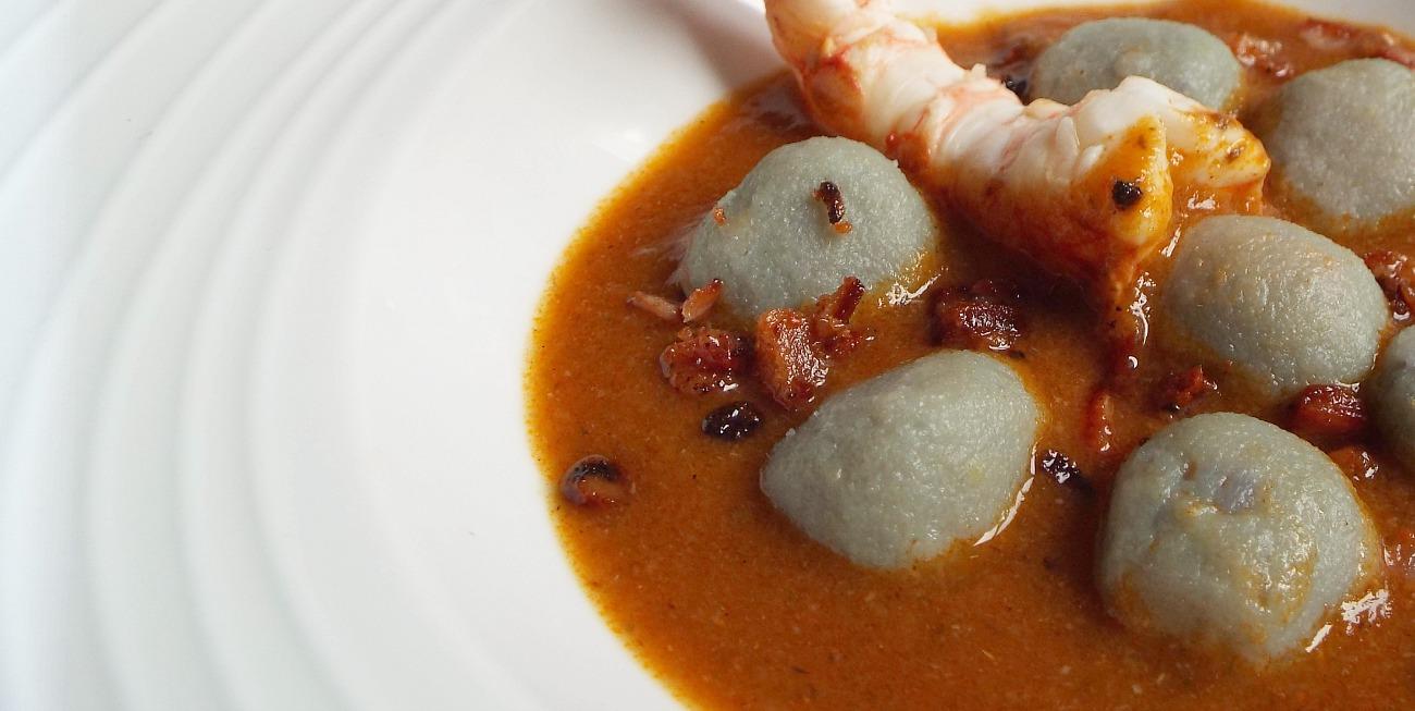 Gnocchi di patate viola, gamberone al lime, bisque ai funghi shiitake, guanciale croccante