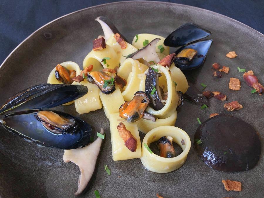 Calamarata, cozze, cardoncelli, guanciale, erba limoncina