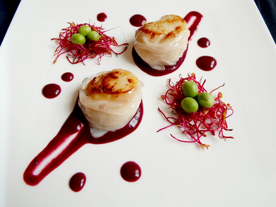 Capesante e lardo, salsa di mirtilli e rosmarino, piselli crudi, germogli di bietola rossa