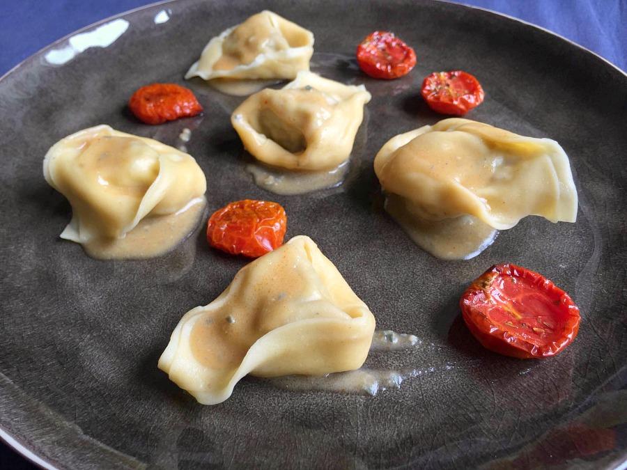 Tortelli di spada, melanzane e menta, crema di formaggio erborinato di capra e paprika affumicata, pomodorini confit