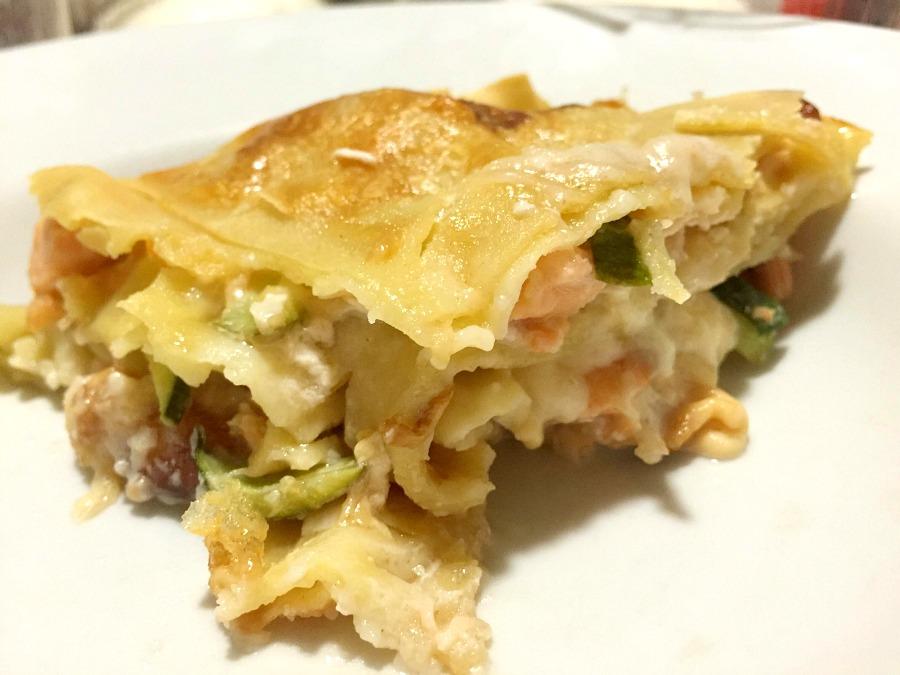 Lasagnetta fatta in casa e tirata al mattarello, salmone, zucchina, scamorza affumicata, besciamella al fumeto di pesce