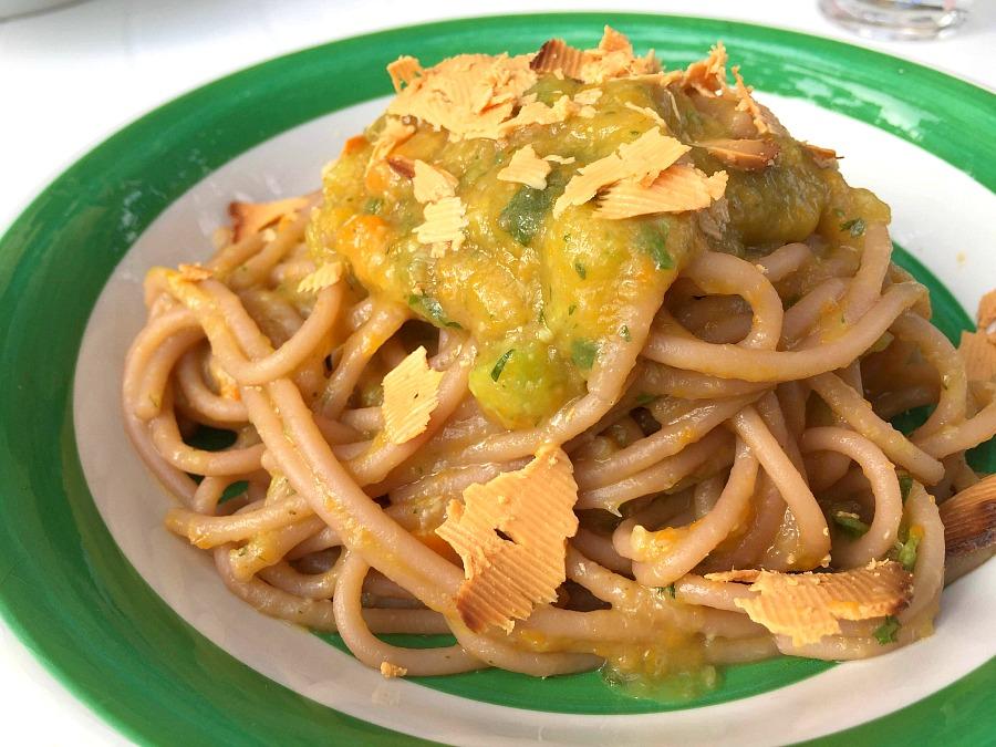 Spaghetti cotti nel vino rosso, crema di zucchine, carote e menta, scaglie di ricotta salata al forno
