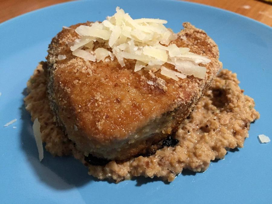 Tonno alalunga marinato con miele di castagno e salsa di soia e gratinato al barbecue, puré di arachidi tostate e rosmarino, scaglie di fiore sardo