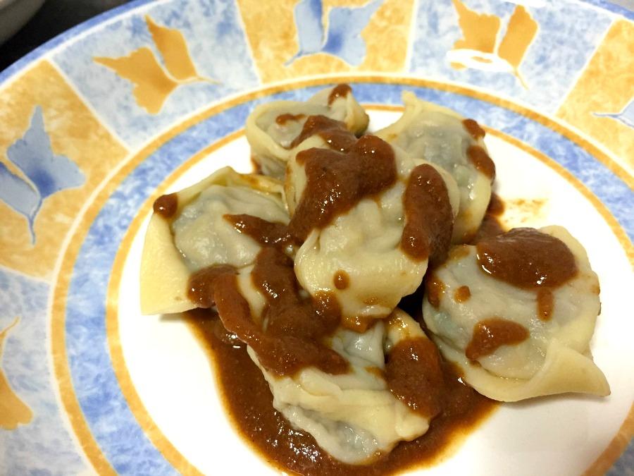 Tortelli fatti in casa e stesi al mattarello ripieni di gamberone, melanzana, peperone dolce e scorza di limone con bisque al Moscato