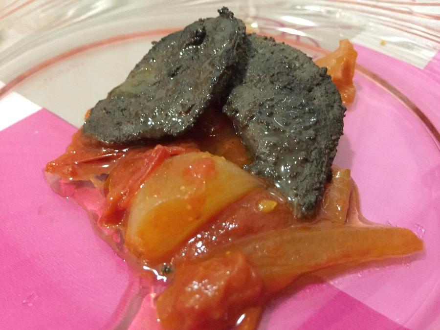 Fegato di pesce spada brasato allo Zibibbo, sugo di pomodorini e cipolla dolce di Giarratana