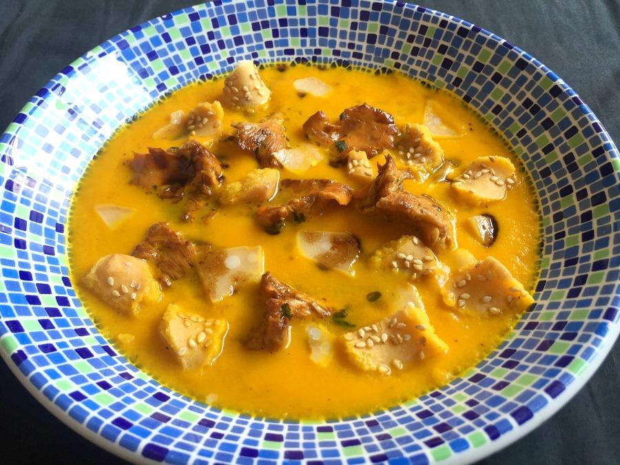 Crema di zucca, riduzione aceto balsamico, fava tonka, parmigiano reggiano, finferli, aglio orsino, grissini sesamo