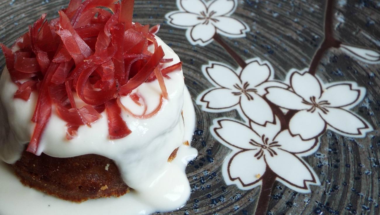 Tortino di cipolla rossa al timo e pepe rosa, julienne di bresaola della Valtellina IGP, fonduta di camembert di bufala