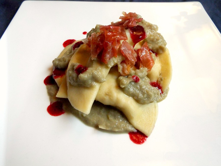 Ravioli alla Cult Of Luna ripieni di branzino, topinambur e noci con crema di carciofi, salsa di more e salvia e prosciutto crudo di Parma croccante
