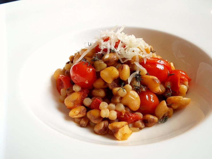 Fregola sarda, cicerchia e pomodorino, colatura d'alici di Cetara e caciocavallo d'Agnone PAT