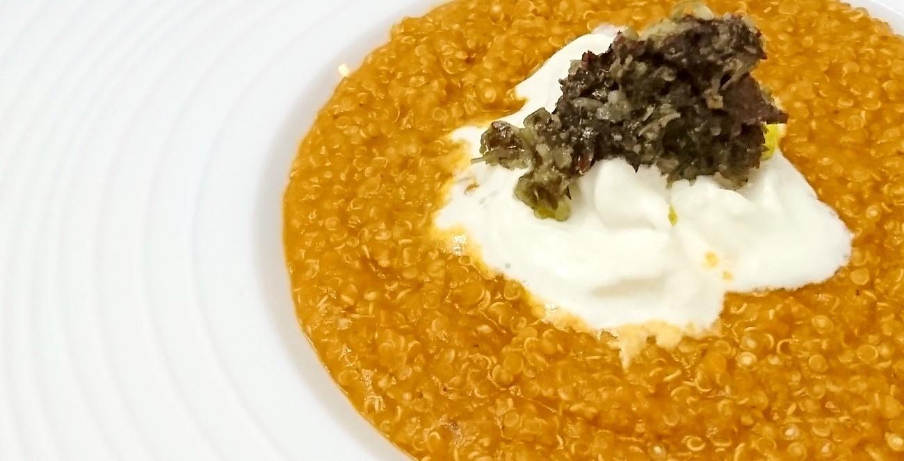 Quinoa risottata, crema di melanzana arrosto e pomodorino, pesto di alghe e noci brasiliane, stracciatella di burrata