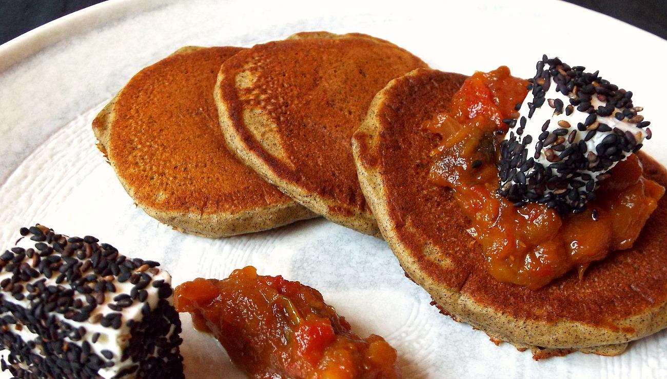 Pancake alla canapa, chutney di melanzane, feta greca, sesamo nero giapponese