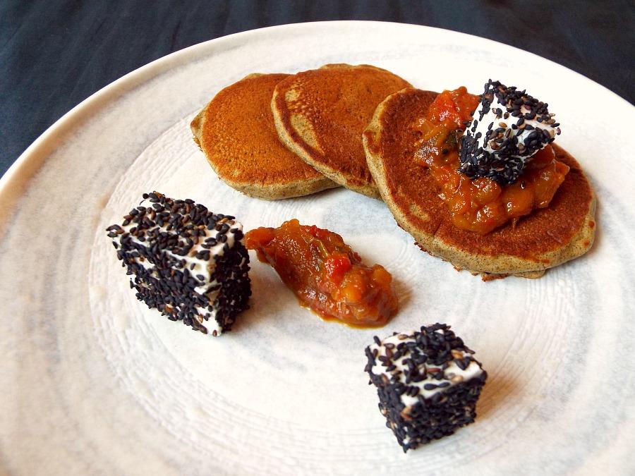 pancake alla canapa, chutney di melanzane, feta greca e sesamo nero giapponese