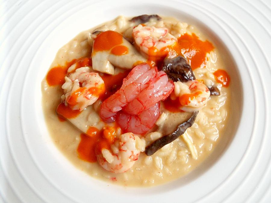 Risotto con gamberi rossi crudi e cotti e la loro bisque, funghi porcini mantecato con Camembert