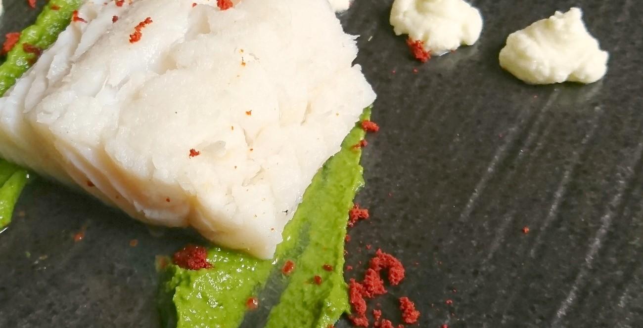 Baccalà cotto in infusione, crema di cime di rapa all'aglio, mousse di mozzarella di bufala, polvere di pomodoro