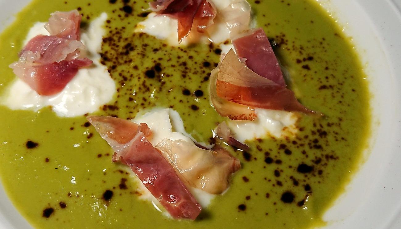 Crema di asparagi alla liquirizia, burrata d'Andria, crudo di Parma dolce appena scottato