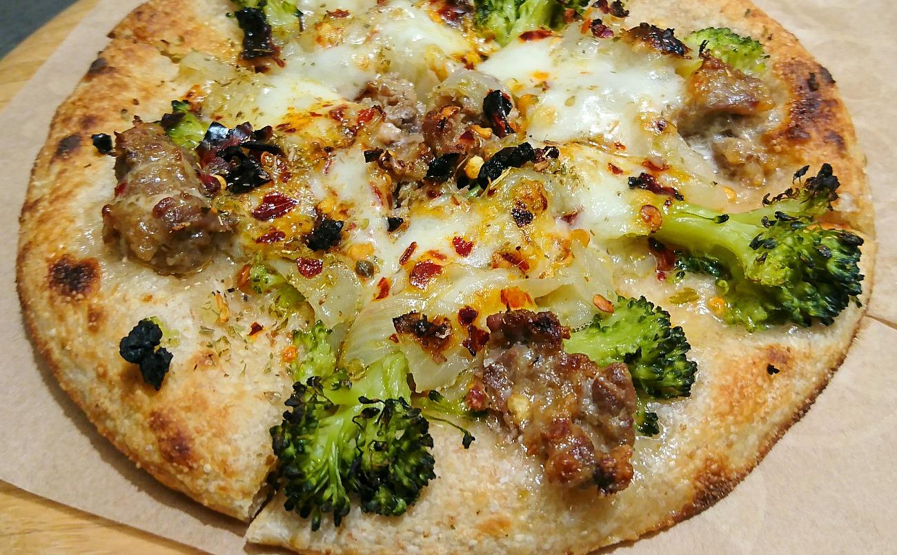 pizza con broccoli e salsiccia - uomo senza tonno