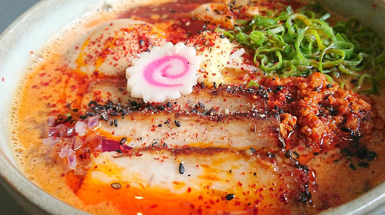 Red Paitan con brodo di pollo piccante, uovo marinato, pancia di maiale chashu, bamboo, cipollotto e germogli