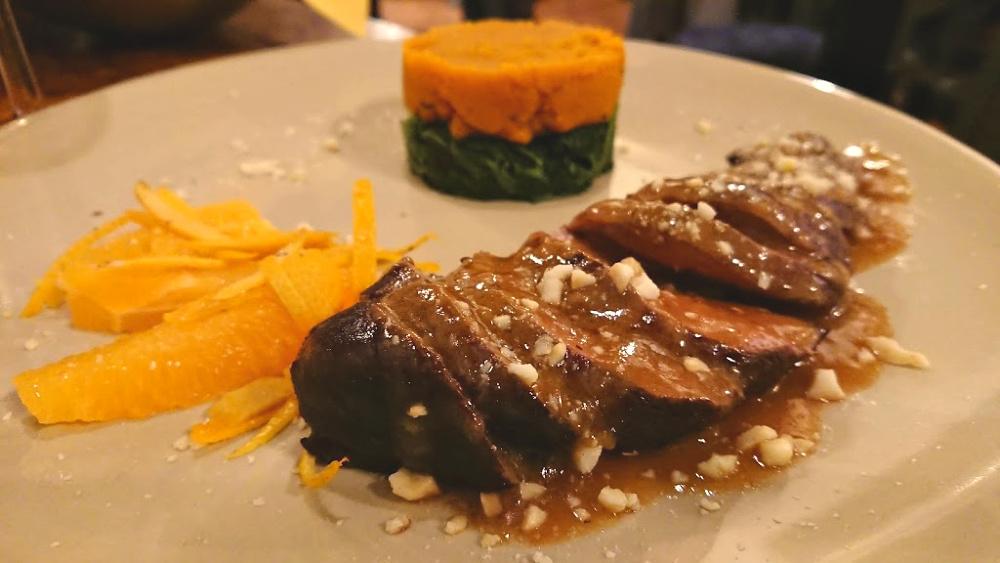 Petto d'anatra con arancia e tortino di spinaci e carote