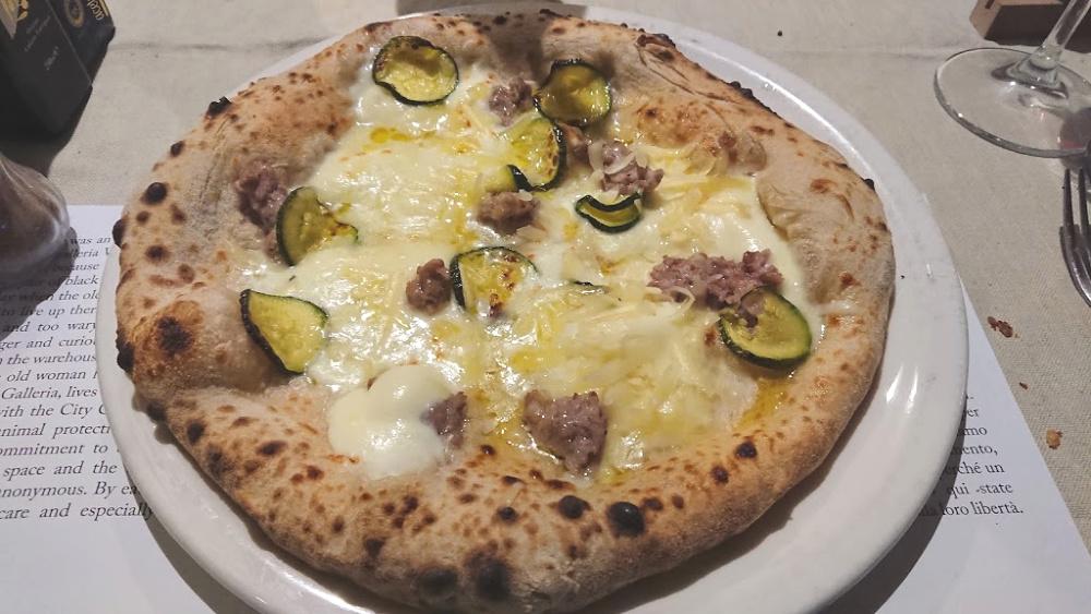 Pizza con provolone, zucchine, salsiccia di maiale nero casertano